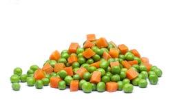 Grüne Küken und Karotten in den Kästen mit Schatten auf weißem backgroun Lizenzfreies Stockfoto
