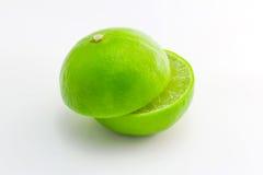 Grüne Kalkzitrone auf Weiß Stockbilder
