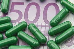 Grüne Kapseln up Karte von 500 Euros Lizenzfreie Stockfotos