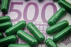 Grüne Kapseln up Karte von 500 Euros Lizenzfreies Stockbild