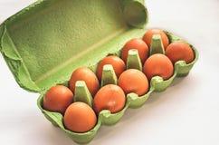 Grüne Kastennahaufnahme der frischen Eier Stockfotos