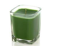 Grüne Kerze auf Weiß mit Ausschnittspfad Lizenzfreie Stockfotografie
