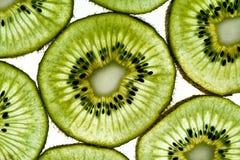 Grüne Kiwischeiben auf weißem Hintergrund Lizenzfreie Stockfotografie
