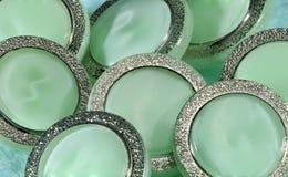 Grüne Knöpfe mit Metallrahmen Lizenzfreies Stockfoto