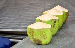 Grüne Kokosnüsse am Markt lizenzfreie stockfotos