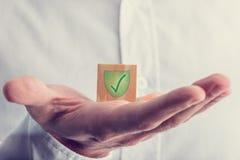 Grüne Kontrolle mit Schild-Kennzeichen Lizenzfreies Stockbild