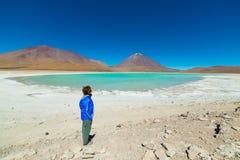 Grüne Lagune und Licancabur-Vulkan auf den bolivianischen Anden Stockfotos
