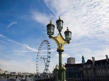 Grüne Lampe mit London-Auge Stockbild