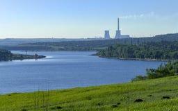 Grüne Landlandschaft mit Fluss Stockfotografie