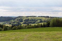 grüne Landschaft am Frühjahr an Süd-Deutschland-Landschaft Stockfoto