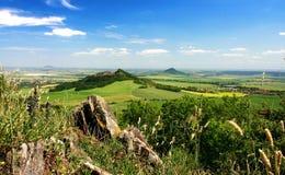 Grüne Landschaft mit blauem Himmel Lizenzfreie Stockfotos