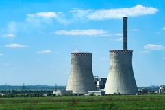 Grüne Landschaft mit Wärmekraftwerk Stockfotos