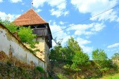 Grüne Landschaft ruinen Verstärkte mittelalterliche sächsische evangelische Kirche im Dorf Cobor, Siebenbürgen, Rumänien Stockbild