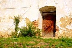 Grüne Landschaft ruinen Verstärkte mittelalterliche sächsische evangelische Kirche im Dorf Cobor, Siebenbürgen, Rumänien Lizenzfreies Stockbild