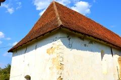 Grüne Landschaft ruinen Verstärkte mittelalterliche sächsische evangelische Kirche im Dorf Cobor, Siebenbürgen, Rumänien Lizenzfreie Stockfotografie