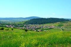 Grüne Landschaft in Siebenbürgen Ansicht des Dorfs Racos, Siebenbürgen Stockfotografie