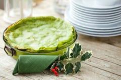 Grüne Lasagne auf Weihnachtstabelle Stockfotografie