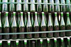 Grüne leere Flaschen Stockfotografie