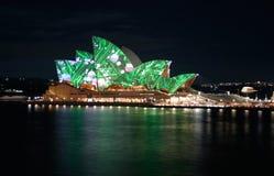 Grüne Leuchten des Sydney-Opernhauses, Australien Stockbild