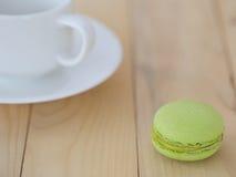 Grüne Makrone, Macaron mit Schale auf hölzernem Hintergrund Lizenzfreie Stockbilder