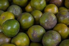 Grüne Mandarine im lokalen Markt Stockfotos