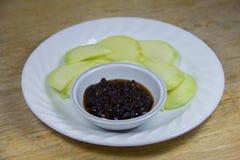 Grüne Mango mit süßer Fischsauce Stockfoto