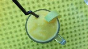 Grüne Mangoerschütterung stockfoto