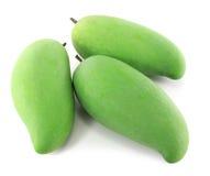 Grüne Mangofrüchte auf einem weißen Hintergrund Stockfotos