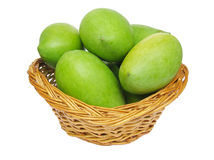 Grüne Mangofrüchte in einem Korb Lizenzfreies Stockfoto