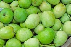 Grüne Mangofrüchte im Markt Lizenzfreies Stockfoto