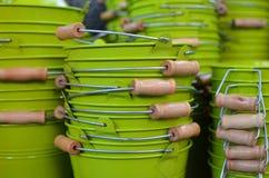 Grüne Metallwannen mit hölzernen Griffen Stockfotografie
