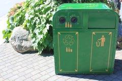 Grüne Metallwiederverwertung und -Abfalleimer Stockbilder
