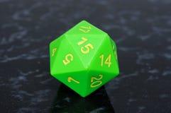 Grüne mit Seiten versehene Würfel des Icosahedron 20. Stockfoto
