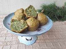 Grüne Muffins der Nesseln, Kuchen Lizenzfreie Stockfotos