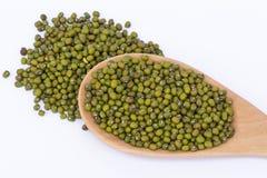 Grüne Mungobohnen auf dem Löffel Stockfotografie
