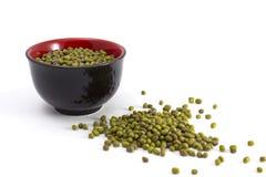 Grüne Mungobohnen in einer Schüssel und nahe bei ihr lizenzfreie stockfotos