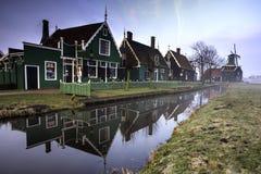 Grüne niederländische Häuser lizenzfreie stockfotos
