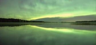 Grüne Nordlichter nachts Stockfoto