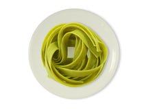 Grüne Nudeln auf einer Platte Stockfotos