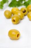 Grüne Oliven auf einer Plattennahaufnahme Stockbild