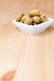 Grüne Oliven gewürzt stockfotografie
