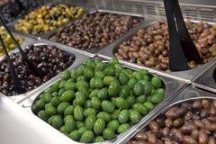 Grüne Oliven im Speicher Stockbild