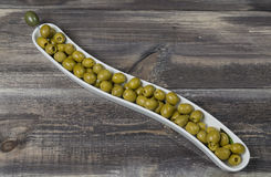 Grüne Oliven im Vase auf Holztisch Stockfoto