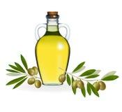 Grüne Oliven mit Flasche Olivenöl. Stockfotos
