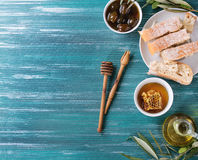 Grüne Oliven mit Honig Stockfotos