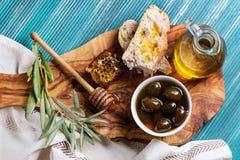 Grüne Oliven mit Honig Lizenzfreie Stockfotos