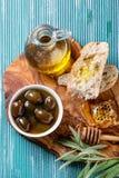 Grüne Oliven mit Honig Stockbilder