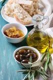 Grüne Oliven mit Honig Stockfotografie