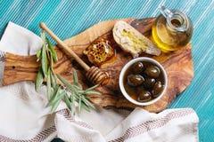 Grüne Oliven mit Honig Stockbild