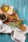 Grüne Oliven mit Honig Stockfoto